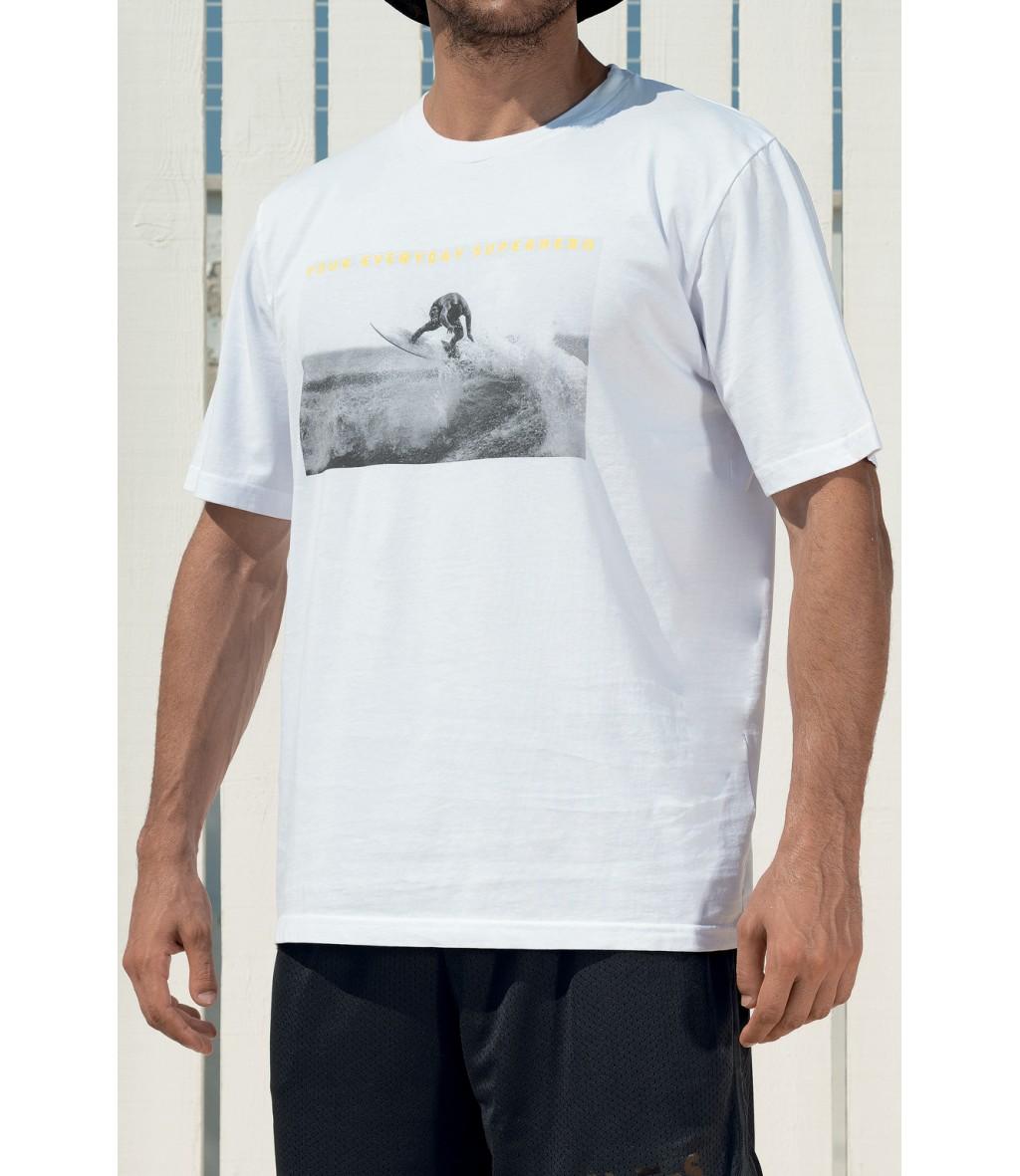 T-shirt in cotone bianca da uomo Yes Your Everyday Superhero con stampa fotografica bianco e nero sul fronte.