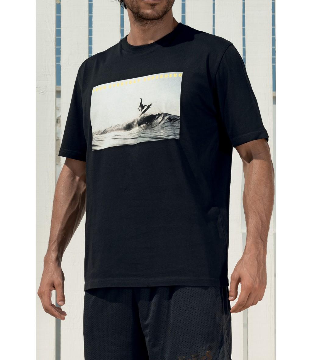 T-shirt in cotone nera da uomo Yes Your Everyday Superhero con stampa fotografica a tema surf in bianco e nero sul fronte.