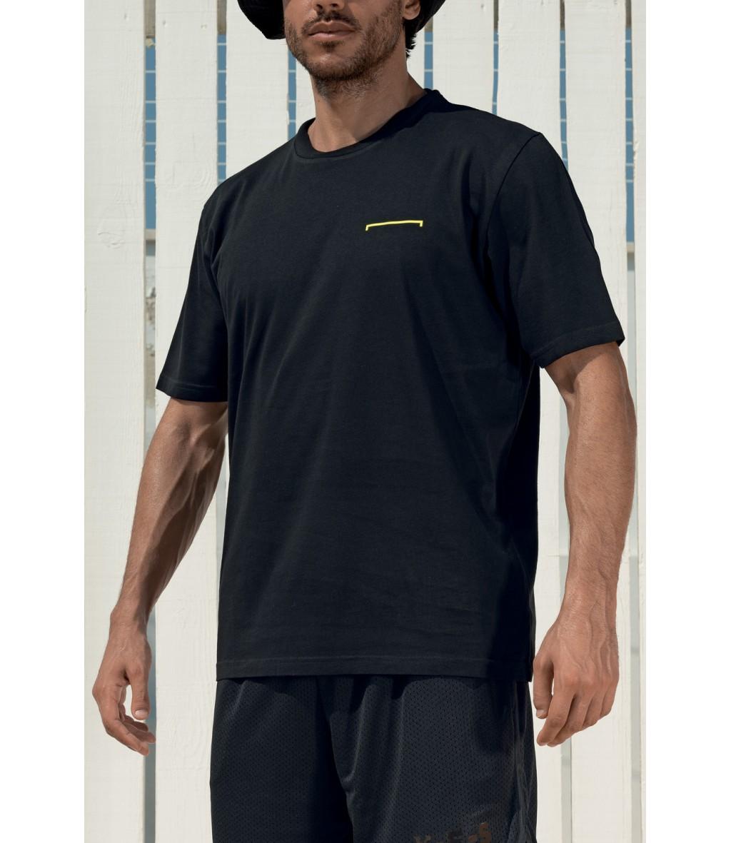 T-shirt da uomo in cotone nero girocollo Yes Your Everyday Superhero con stampa verticale del logo sul retro.