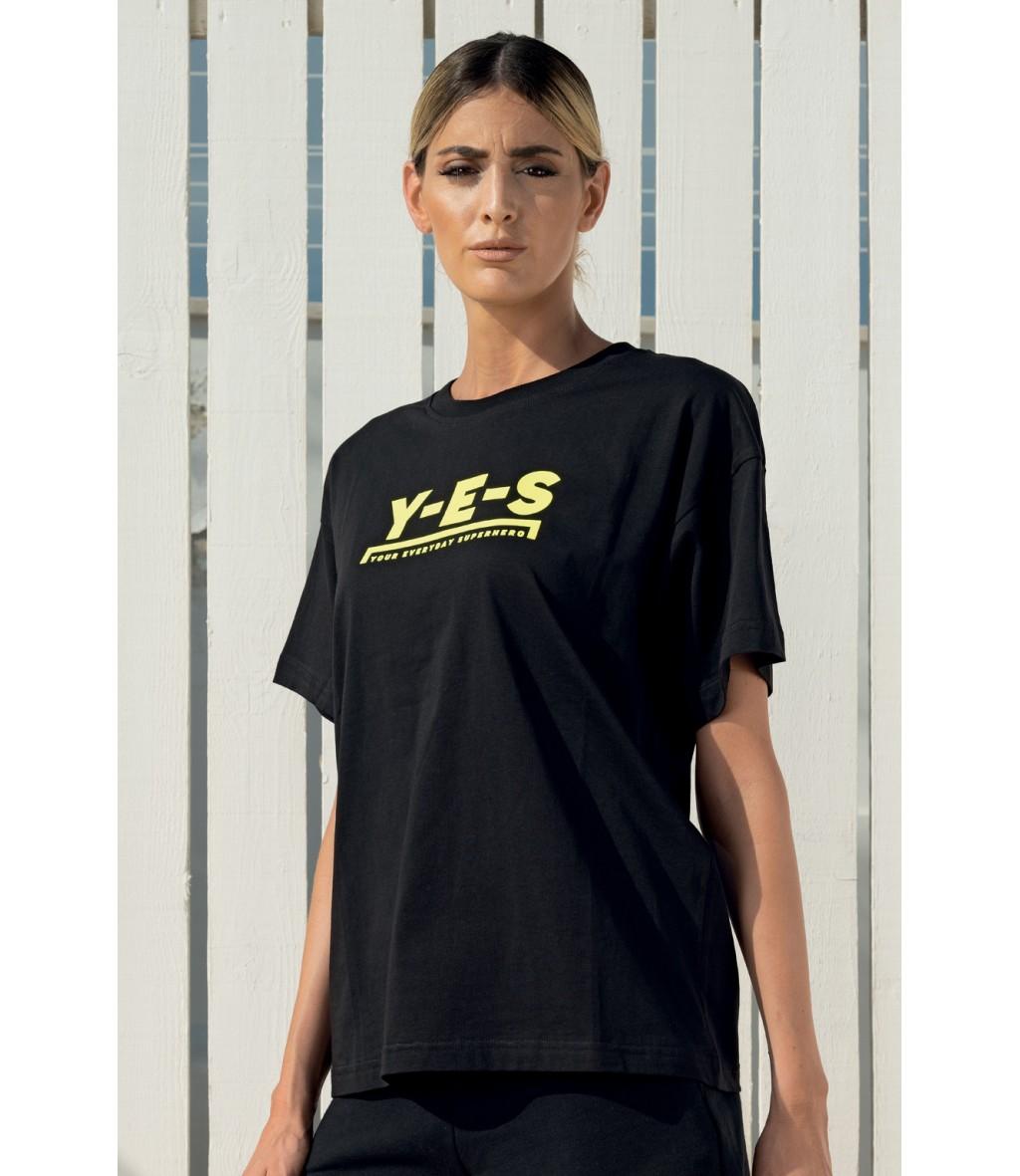 La t-shirt girocollo da donna in puro cotone nero con logo giallo fluo di Yes Your Everyday Superhero.